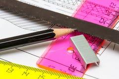 , dass Sägeblatt für einen Ingenieur wie das Zeichnen gerade so wichtig ist stockbild