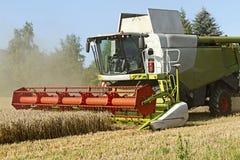Dassow, Alemanha, o 13 de agosto de 2015: ceifeira de liga que trabalha em um campo de trigo Fotos de Stock