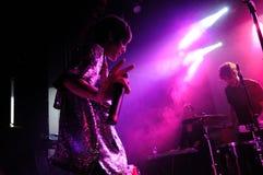 Dat Meisje met de Donkere band van Ogen presteert bij de Zaal van de Muziek Royalty-vrije Stock Foto