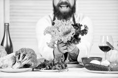 Dat is voor u Het gezonde voedsel koken Gebaarde mensenkok in culinaire keuken, Chef-kokmens in hoed Geheim smaakrecept stock afbeelding