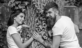 Data agradável no ambiente da natureza O moderno farpado do homem guarda a amiga da mão Pares na natureza romântica da caminhada  imagens de stock royalty free