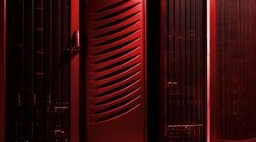 Data - bearbeta mitten Serverrum i rött ljus royaltyfri bild