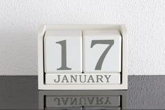Data bianca 17 del presente del calendario di blocco e mese gennaio Fotografia Stock