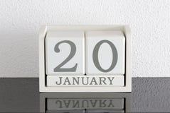 Data bianca 20 del presente del calendario di blocco e mese gennaio Fotografie Stock