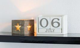 Data bianca 6 del presente del calendario di blocco e mese luglio Immagini Stock Libere da Diritti