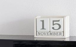 Data bianca 15 del presente del calendario di blocco e mese novembre Fotografie Stock