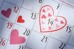 Data 14 in calendario con il segno del cuore Giorno di S. Valentino ed amore concentrati Immagini Stock Libere da Diritti