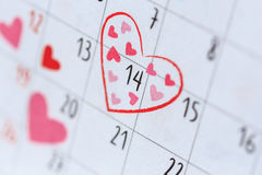 Data 14 in calendario con il segno del cuore Giorno di S. Valentino ed amore concentrati Fotografia Stock