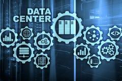 Data Center der Zukunft auf einem virtuellen Schirm GeschäftsInformationstechnologiekonzept Speicherung von Daten und Sichern vektor abbildung