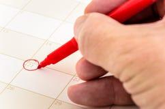 Data circundada no vermelho em um calendário foto de stock