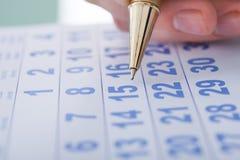 Data 15 da marcação da mão no calendário Imagens de Stock
