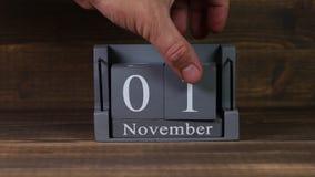 data 01 de ajuste no calendário de madeira do cubo por meses de novembro filme