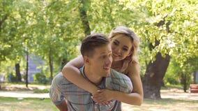 Data de espera do homem ansioso no parque, menina bonita que abraça o pela surpresa filme