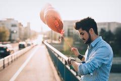 Data de espera do homem triste na data do Valentim foto de stock royalty free