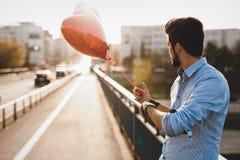 Data de espera do homem triste na data do Valentim imagens de stock royalty free
