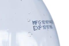 Data de validade na garrafa plástica Foto de Stock