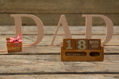 Data di calendario con il testo del papà sulla tavola Fotografia Stock