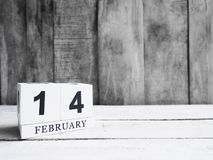 Data di legno bianca 14 di manifestazione del calendario di blocco e mese febbraio su w Immagine Stock Libera da Diritti