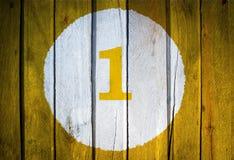 Data do número da casa ou de calendário no círculo branco no wo tonificado amarelo Fotografia de Stock Royalty Free