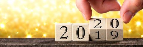 Data em mudan?a da m?o desde 2019 at? 2020 foto de stock