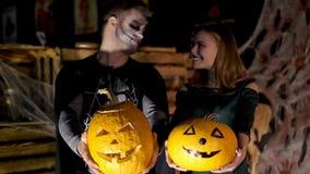 Data nello stile del partito di Halloween, la notte, penombra, nei raggi di luce, il tipo con una ragazza si è vestito in costumi stock footage
