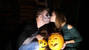 Data nello stile del partito di Halloween, la notte, penombra, nei raggi di luce, il tipo con una ragazza si è vestito in costumi video d archivio