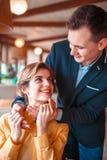 Data romântica de pares do amor no restaurante fotos de stock royalty free