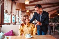 Data romântica de pares do amor no restaurante imagens de stock