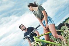 Data romântica em bicicletas Estação morna, vista traseira imagens de stock royalty free