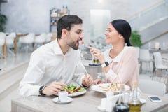 Data romântica no restaurante luxuoso fotos de stock