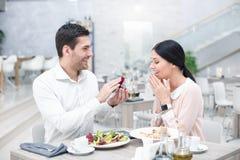 Data romântica no restaurante luxuoso imagens de stock royalty free