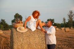Data romantica di recente su un campo del taglio vicino ad un mucchio di fieno Fotografie Stock Libere da Diritti