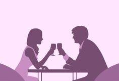 Data romantica di seduta Violet Color Silhouettes della Tabella del caffè delle coppie Fotografia Stock