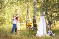 Data w lasu A mężczyzna prowadzi kobiety z zamkniętymi oczami pykniczny miejsce z białym sukiennym zasłona namiotem Gitara i bicy obrazy royalty free