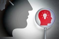 Databegrepp: Head med den ljusa kulan med optiskt exponeringsglas på digital bakgrund Royaltyfri Fotografi