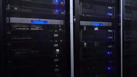 服务器在数据中心 服务器机架在现代数据中心关闭  云彩计算的datacenter服务器室 ?? 影视素材