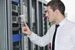 Νέος μηχανικός στο δωμάτιο κεντρικών υπολογιστών datacenter Στοκ εικόνα με δικαίωμα ελεύθερης χρήσης
