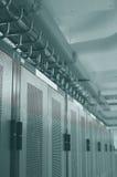 Datacenter Zahnstangen und obenliegendes Seilzugmanagement Stockfoto