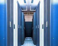 Datacenterinre med serverkuggar av maskinvaruutrustning som utför funktioner av att bearbeta, att lagra och att fördela royaltyfri bild