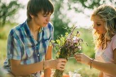 Datación adolescente de los pares en comida campestre Imagen de archivo libre de regalías