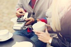 Datación adulta feliz de los pares en café imagen de archivo