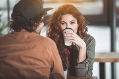 Datación alegre de los pares en cafetería Imagen de archivo
