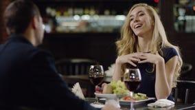 Datación de la belleza de Blondie con el novio en restaurante metrajes