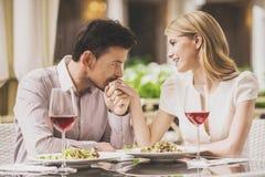 Datación de los pares en restaurante y vino rojo de consumición Fotografía de archivo libre de regalías