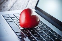 Datación en línea del ordenador del corazón del amor fotografía de archivo libre de regalías