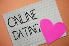 Datación en línea del texto de la escritura de la palabra Concepto del negocio para buscar las relaciones a juego eDating la char imagen de archivo