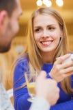 Datación feliz de los pares y té de consumición en el café Fotos de archivo