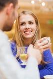Datación feliz de los pares y té de consumición en el café Fotografía de archivo