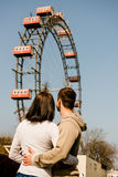 Datación joven de los pares en parque de atracciones Foto de archivo libre de regalías