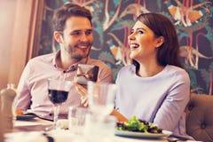 Datación romántica de los pares en restaurante fotografía de archivo libre de regalías